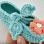 Crochet Baby Shoes With A Flower